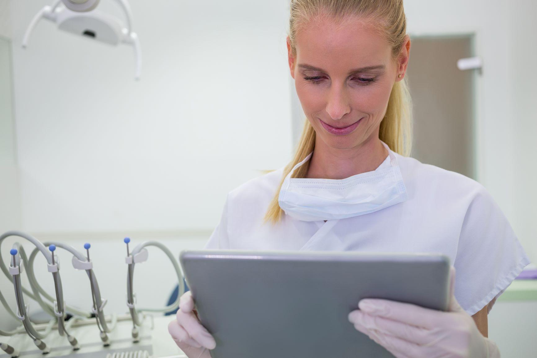 dentista olhando um tablet
