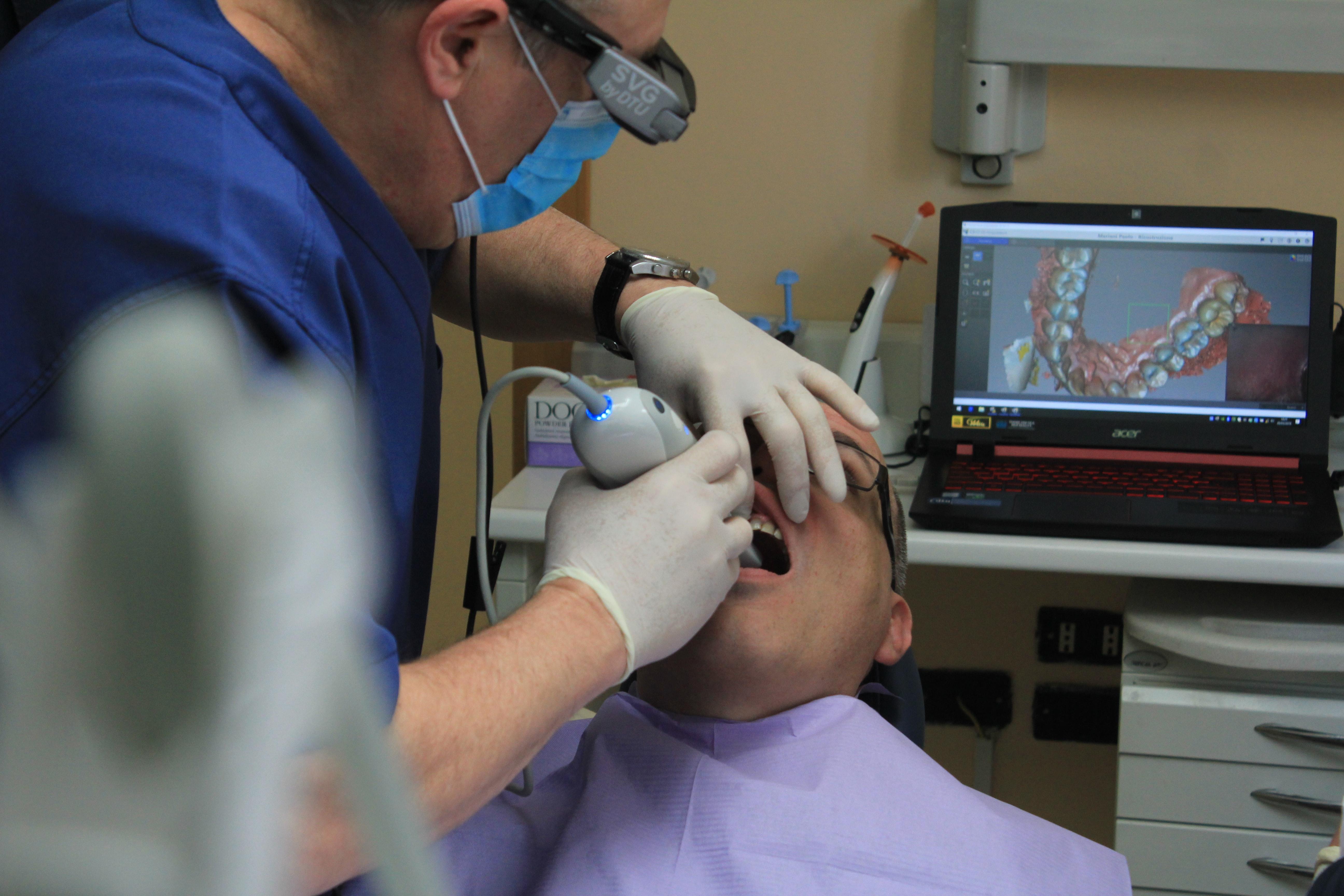 dentista fazendo telemonitoramento em seu pacientes